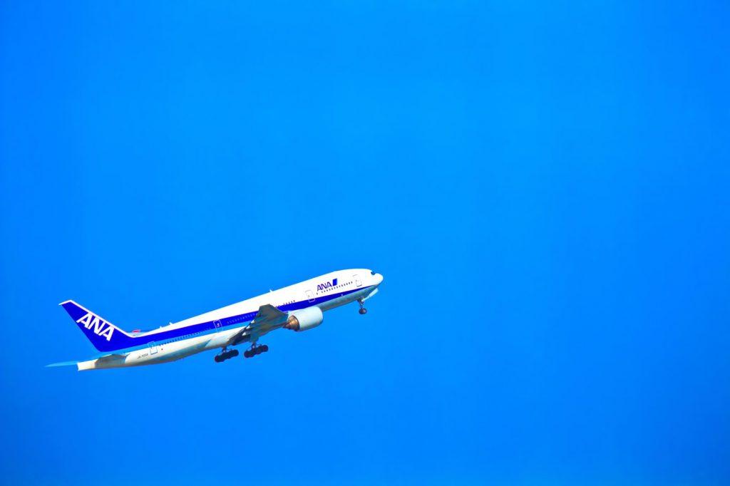 青空を飛び立つ飛行機