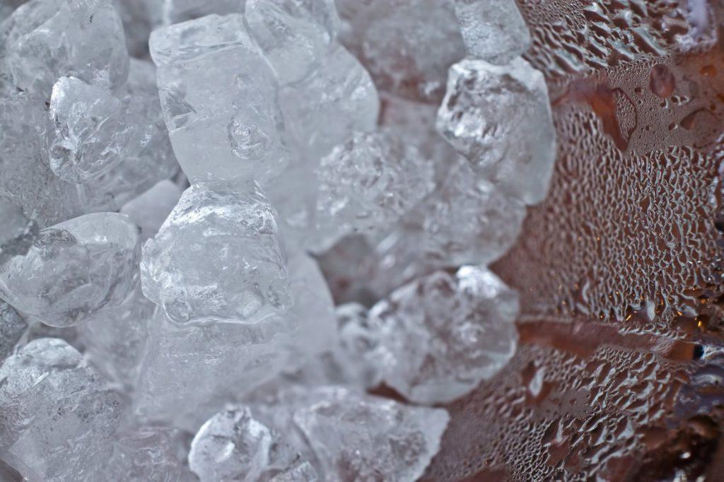 グラスの中の冷えた氷