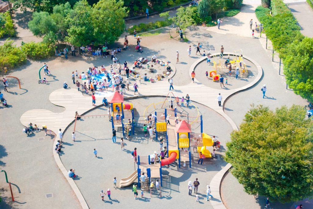 公園に集まる親子連れ