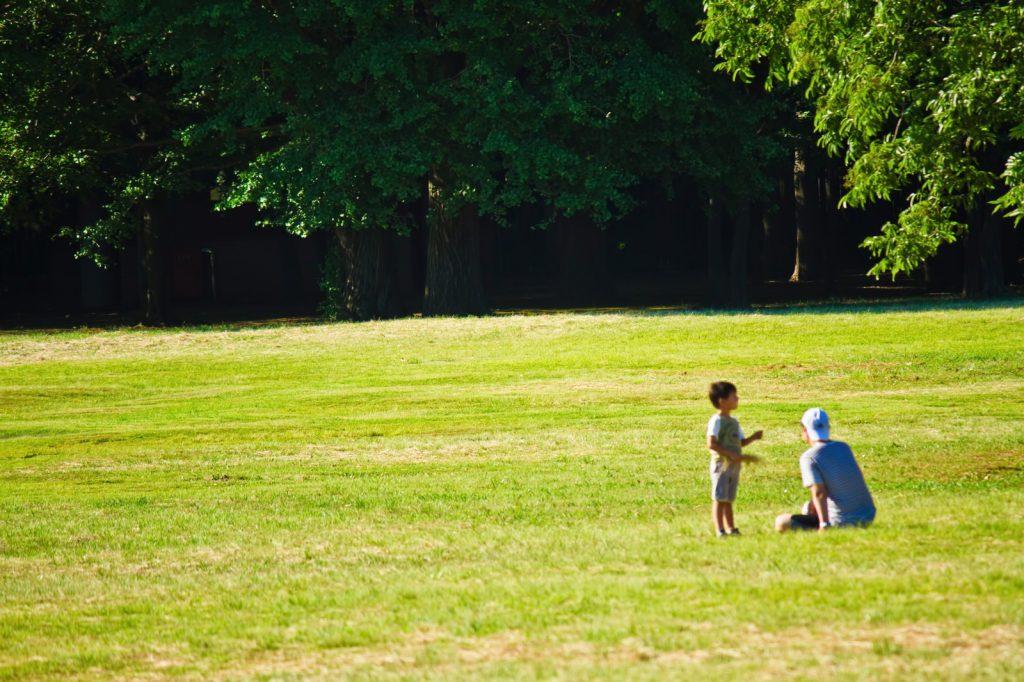 広場で遊ぶ親子