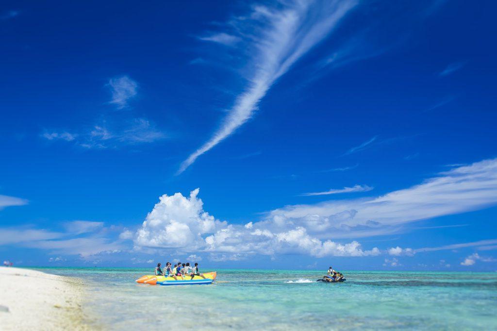 海とボートの観光客