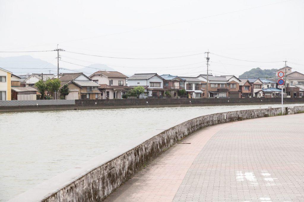住宅街と川