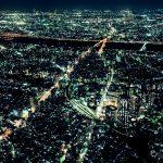 夜の都会の街