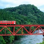 山の中を走る鉄道