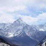 雪の残る山々