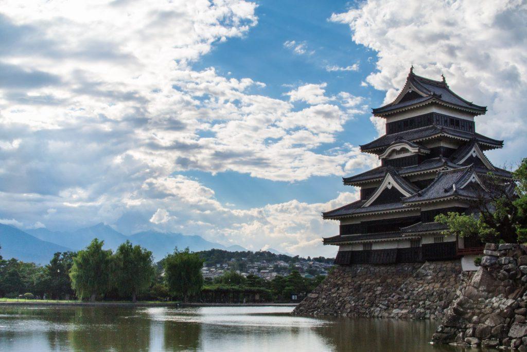 松本城と空